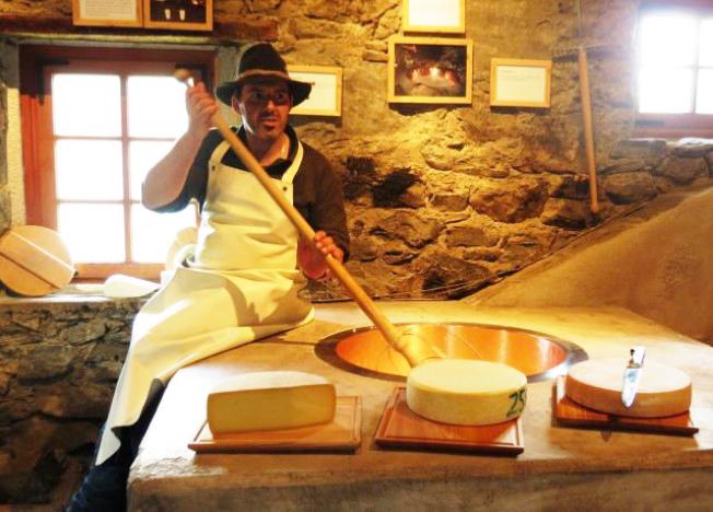 La priorità delle malghe, fare formaggio