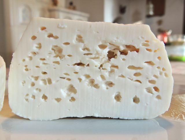 Ciò che il consumatore non sa dei difetti visibili dei formaggi